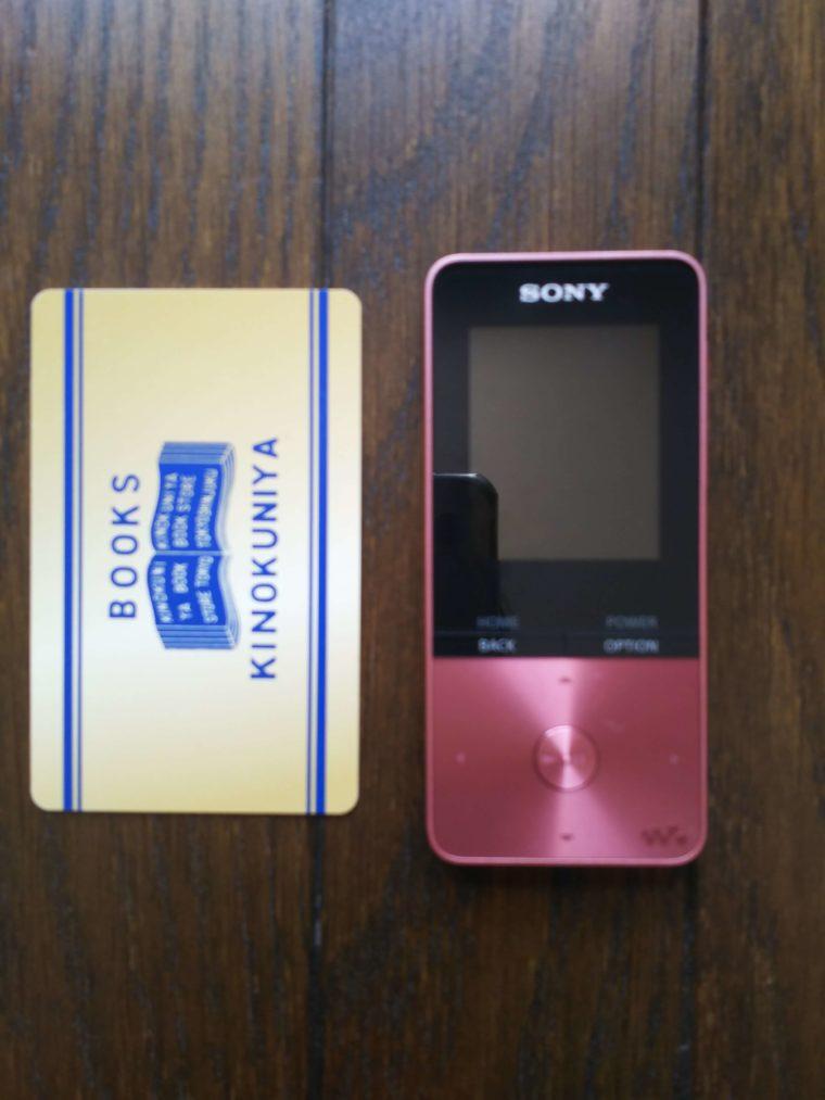 ソニーウォークマンの NW-S 310と一般的大きさのカード