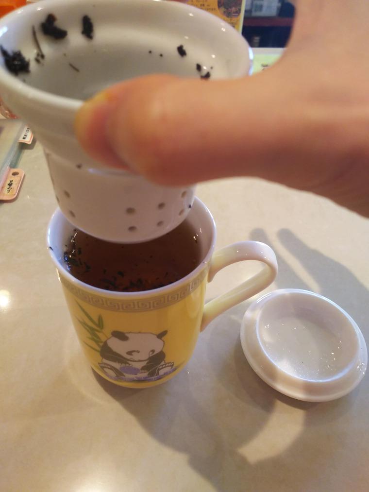 亜州食堂チョウク水曜メニューの烏龍茶の葉を取り出す