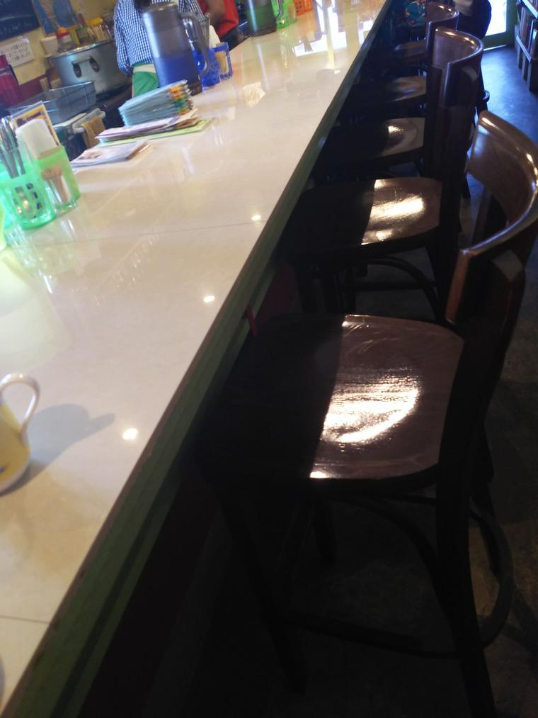 亜州食堂チョウクのカウンター席
