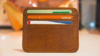 クレジットカードの入ったカード入れ