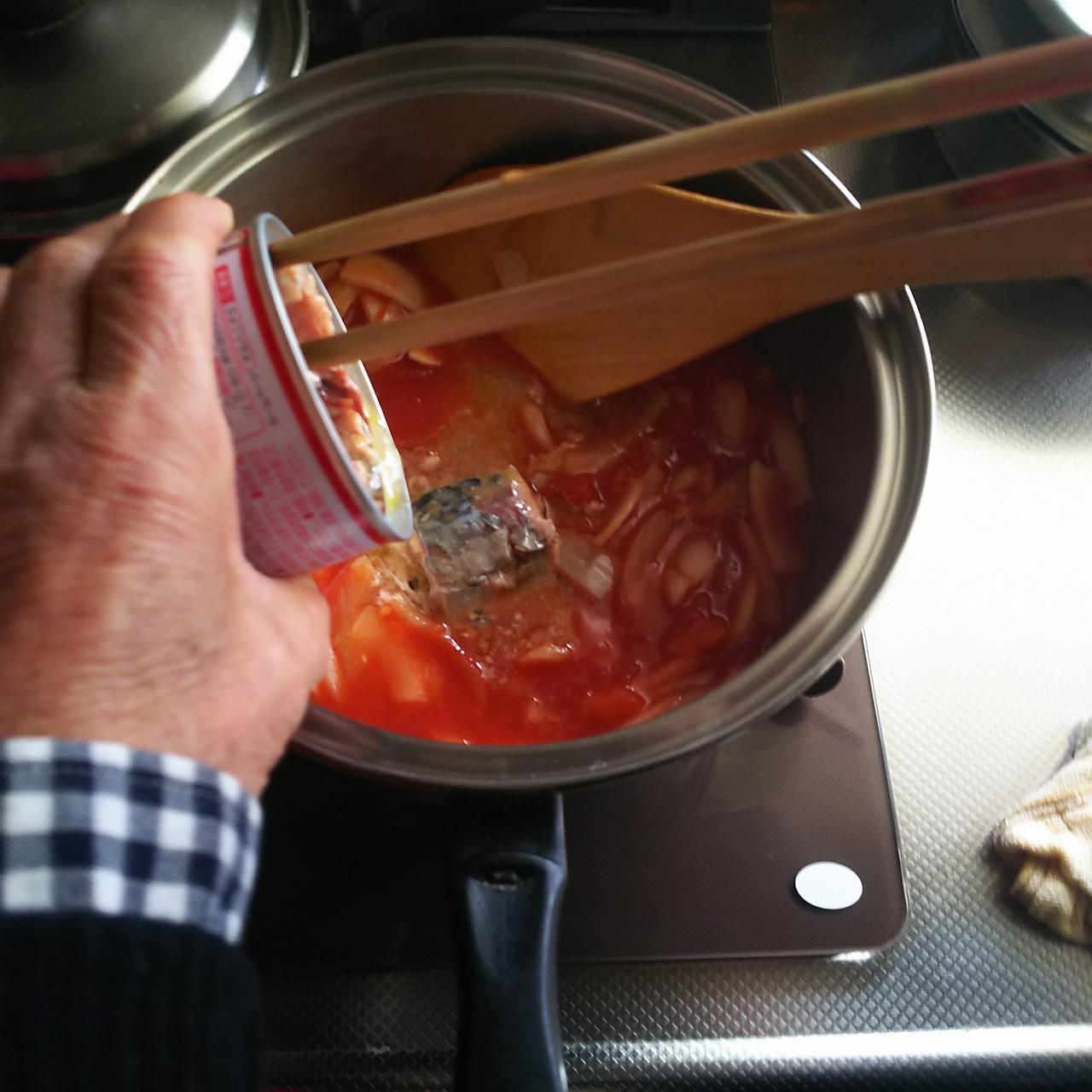 鯖缶を鍋にいれる