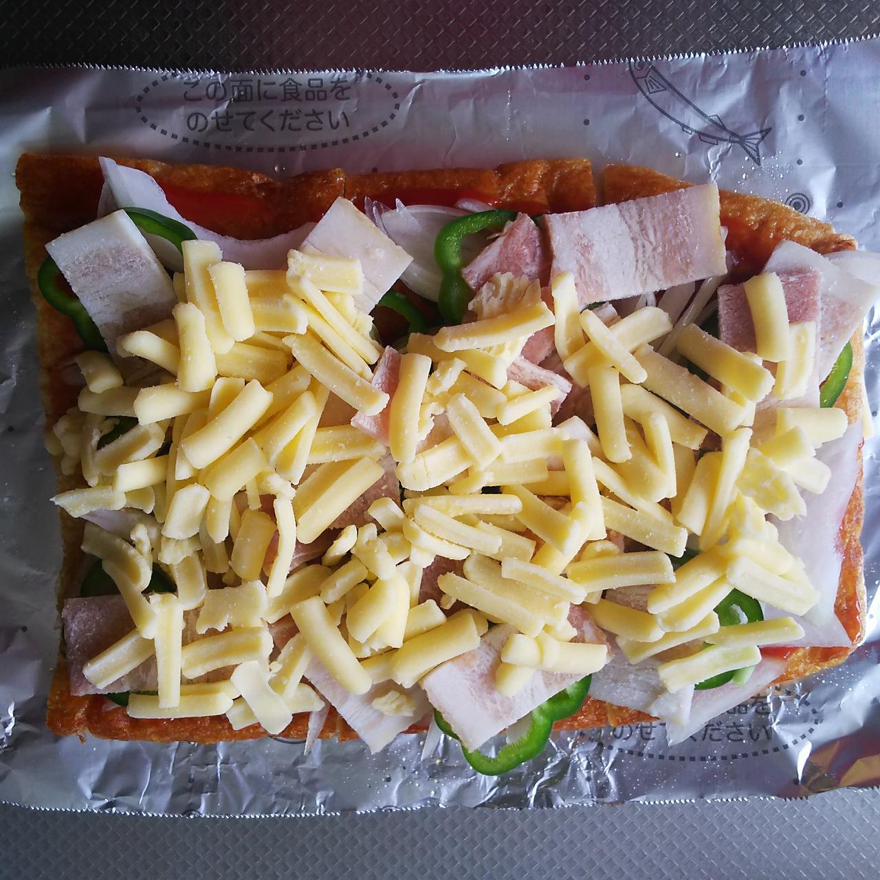 揚げにとろけるチーズをのせる