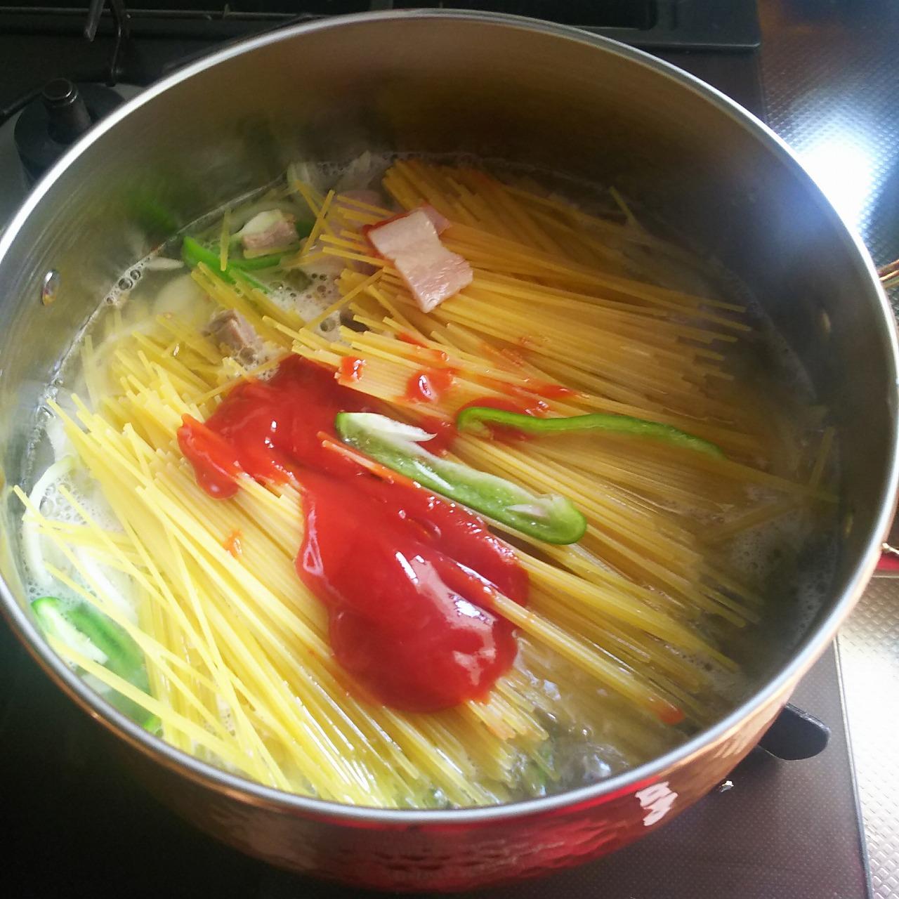 ナポリタンの材料をすべて入れた鍋